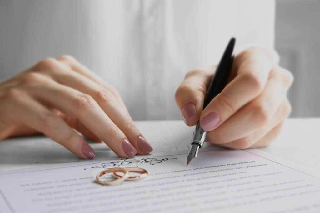 Mujer firmando un matrimonio por poderes